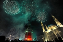 epa02887654 Spectators watch fireworks during the Eid Lamp 'Fanous' is switched on a day before Eid Al-Fitr in front of Mohamed al-Amine Mosque at downtown of Beirut, Lebanon, 29 August 2011. Eid Al-Fitr is one of the most important feasts on the Muslim calendar that marks the end of the Muslims holy month of Ramadan. The Eid Lamp 'Fanous' is a traditional Ramadan lantern. EPA/WAEL HAMZEH